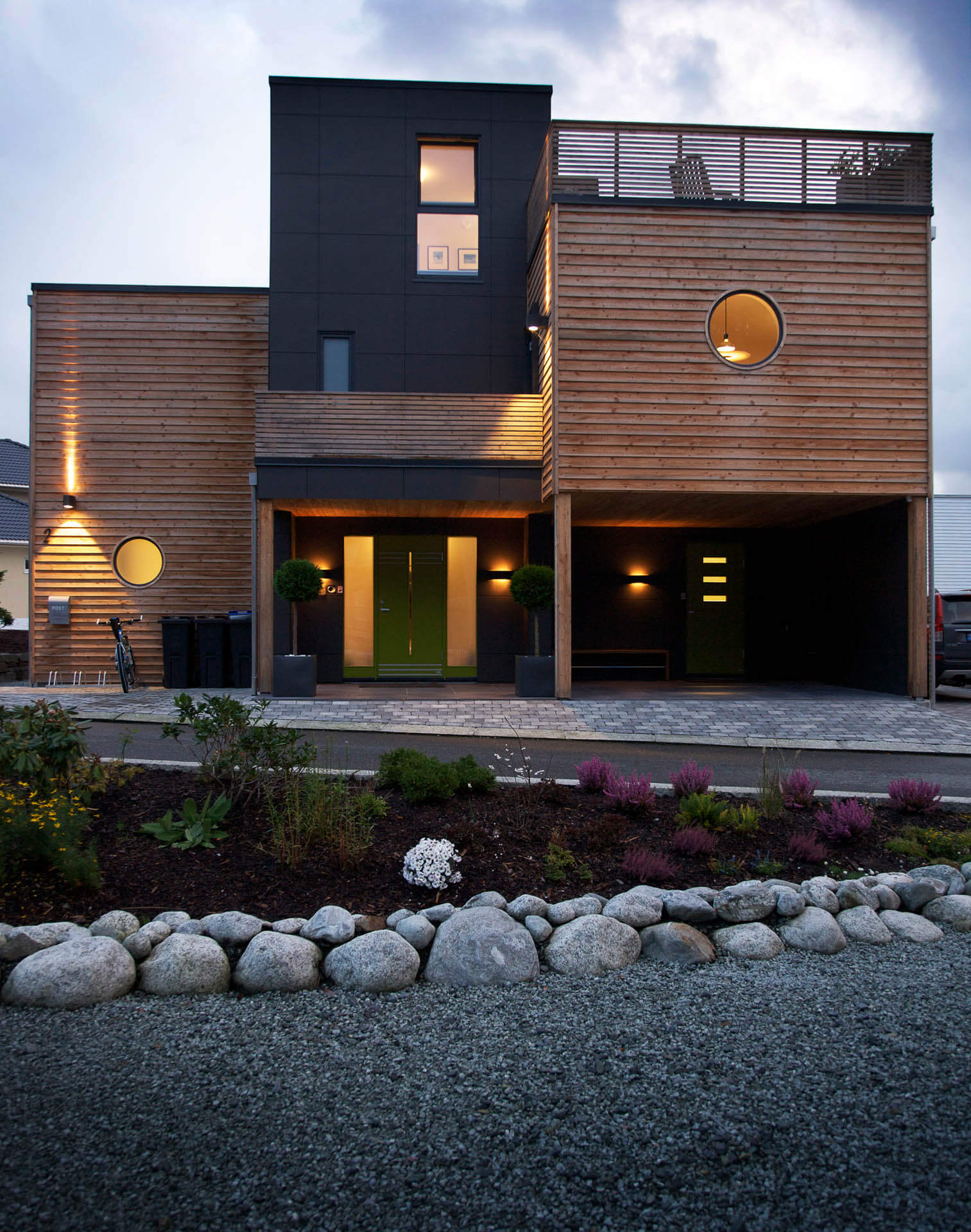 Urbanhus i sort og tre